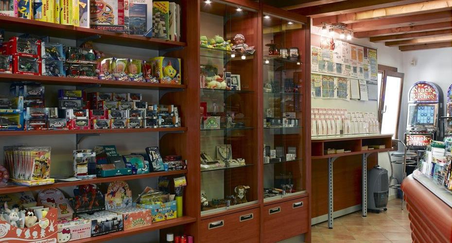 Arredamento tabacchi acheo design for Arredamento bar tabacchi usato